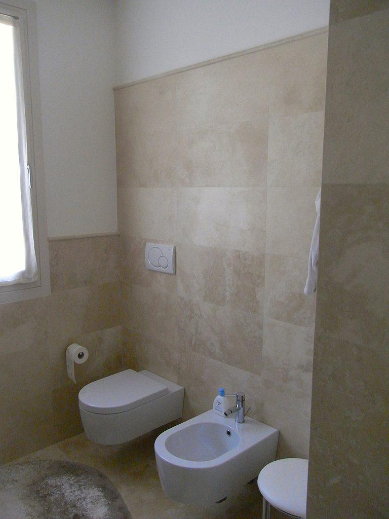 Rivestimento bagno in travertino – Marmi Sgambaro